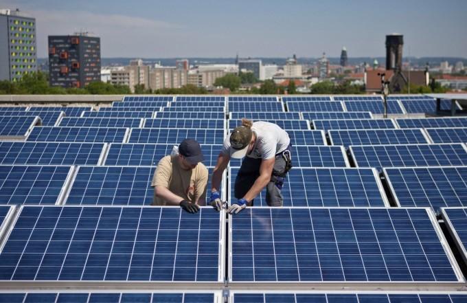 Unos-operarios-preparando-una-instalacion-solar-fotovoltaica-
